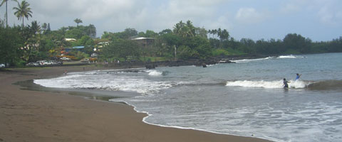 Pa'iloa Black Sand Beach at Wai'anapanapa State Park